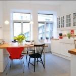 Просторная кухня с вумя высокими окнами