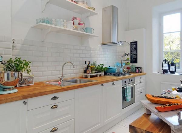 Белая кухня, стены и фартук