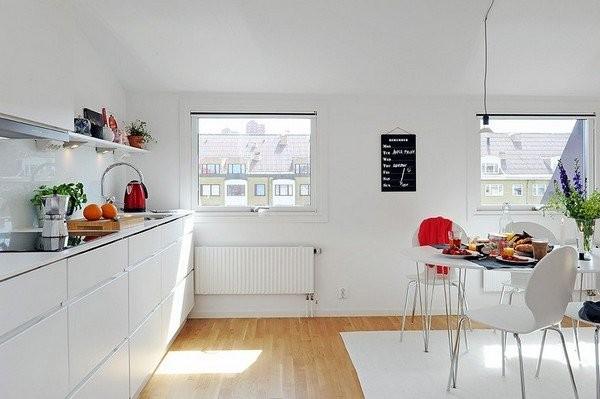 Белая кухня в городской квартире
