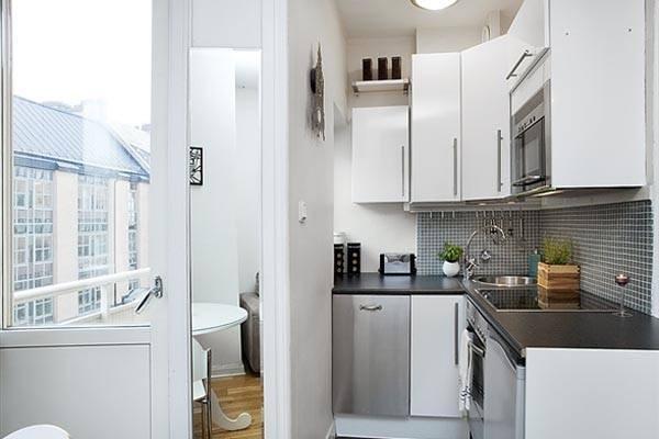 Небольшая кухня в современной квартире