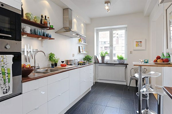 Белая кухня с черным полом
