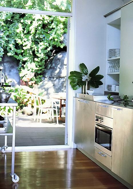Дизайн кухни в скандинавском стиле. Светлые тона, простые чистые линии.