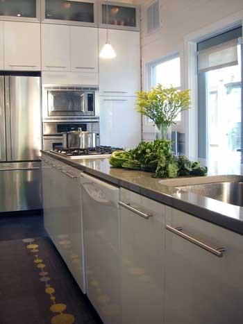 Дизайн кухни в светлых тонах. Естественное освещение.