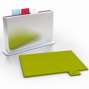 Набор разноцветных разделочных досок с удобным контейнером для хранения. Для каждого вида продуктов -- доска своего цвета.