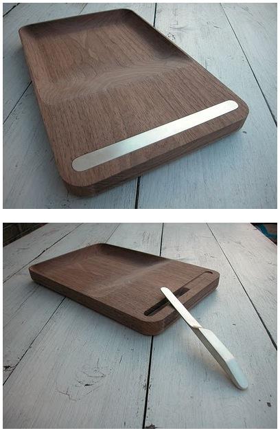 Деревяная разделочная доска с углублением. Нож хранится в специальном пазе