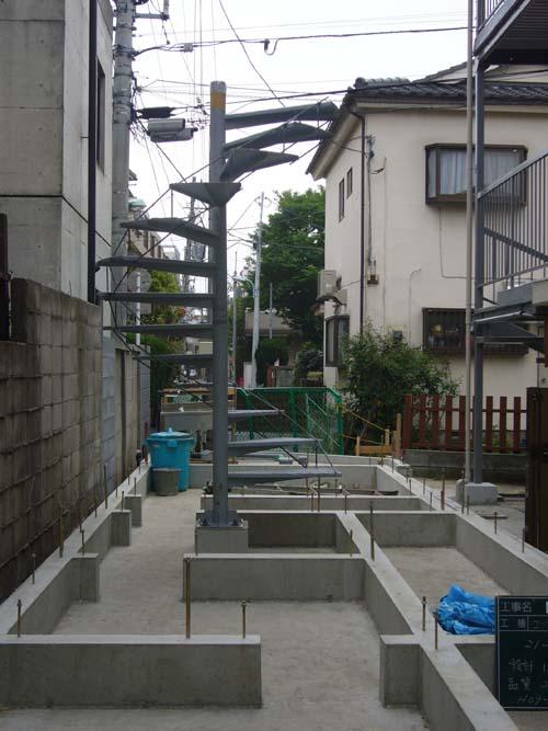 Закладка фундамента и винтовая лестница.