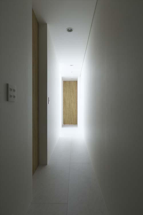 Прихожая коридор. Светлые тона, никакой мебели.
