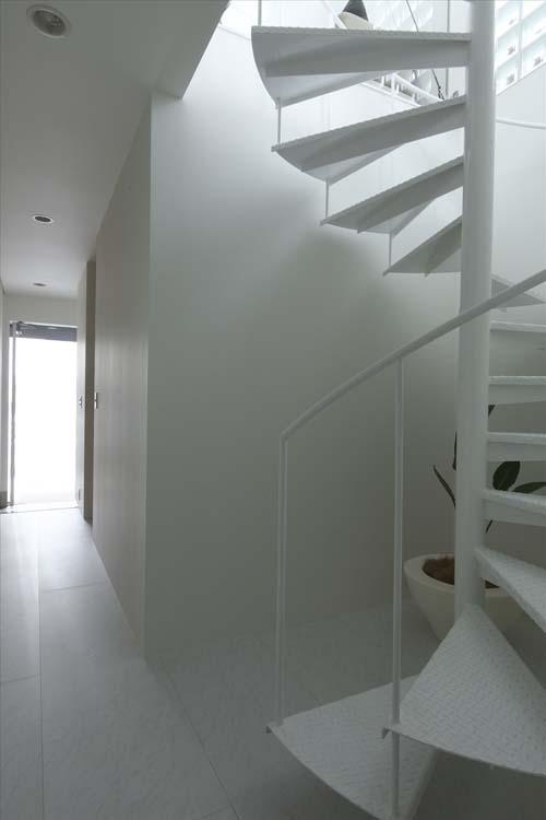 Винтовыая лестница в интерьере, экономия места, компактное решение.