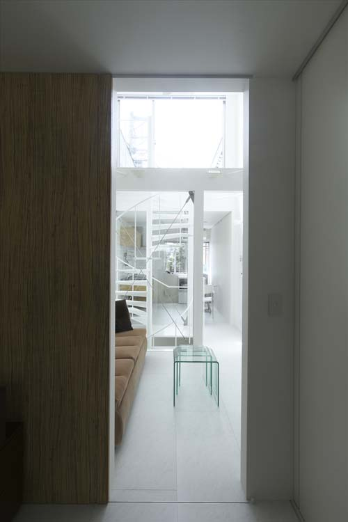 Вид на гостиную из коридора. Японский дизайн.
