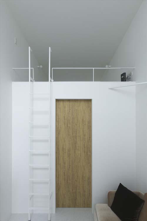 Вторая лестница, куда ведет -- не известно, может быть в спальню.