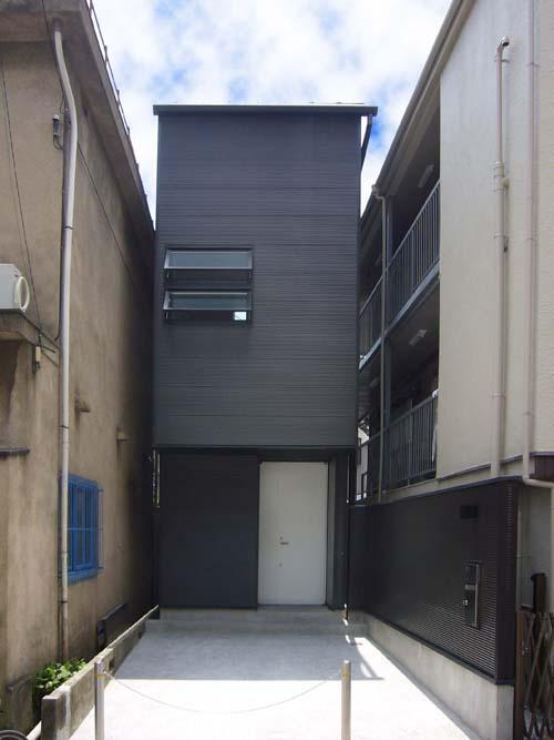 Готовый дом. Вписался с свой закуток. Наклонные окна нк уровне второго этажа.