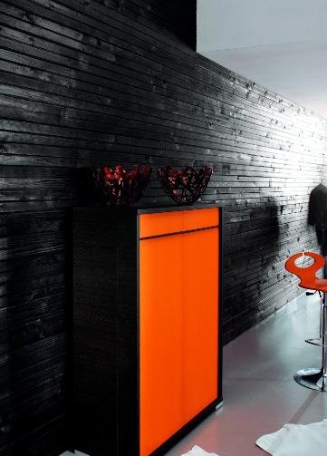 Итальянская мебель, комод с яркой дверцей.