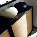 Итальянский комод темного цвета со светлой передней панелью.