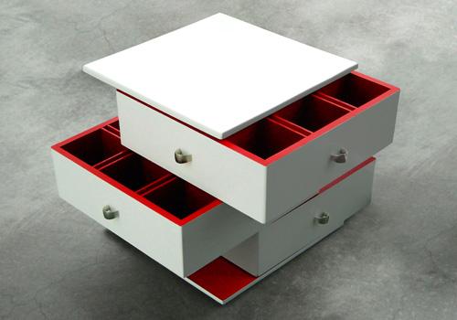 Оригинальный комод светлого цвета с выдвижными ящиками