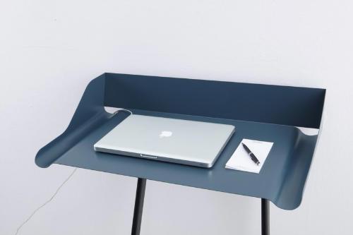 Маленький компьютерный стол для ноутбука