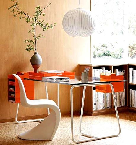Легкий, удобный и эргономичный компьютерный стол. Стекляный верх, тумбы-ящики навесные.