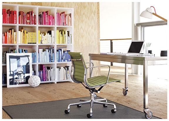 Металлический компьютерный стол, ножки с колесиками. Ничего лишнего.