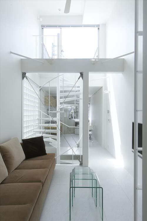 Маленькая, вытянутая комната. Гостиная. Прозрачные межкомнатные перегородки. Белые стены.