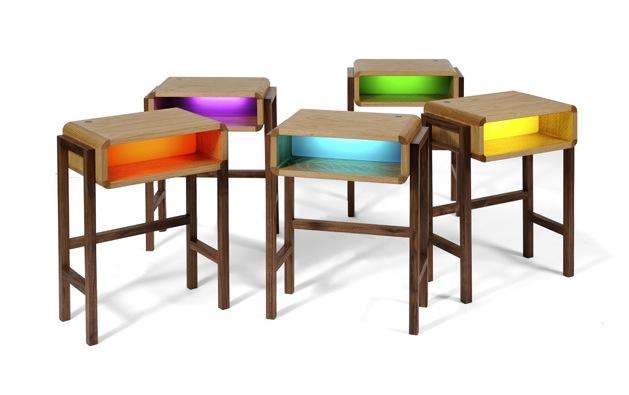 Небольшой стол для компьютера из дерева с подсветкой