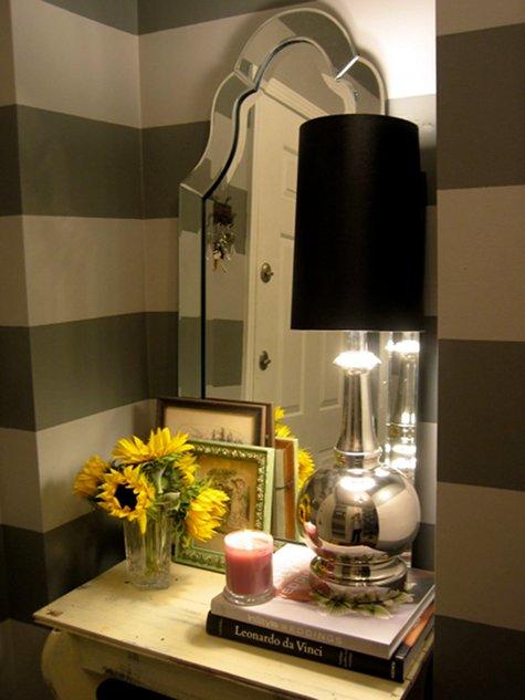Столик в прихожей удачно вписался в углубление стены. Зеркало и черная лампа. Какая прихожая без зеркала.