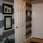 Картины в толстых черных рамках отлично смотрятся на стенах в полоску.