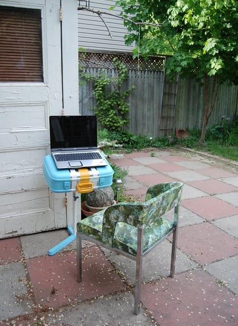 Стол для ноутбука из старого чемодана