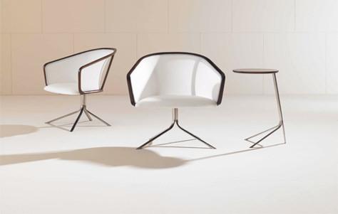Современный маленький стол для ноутбука и светлые кресла
