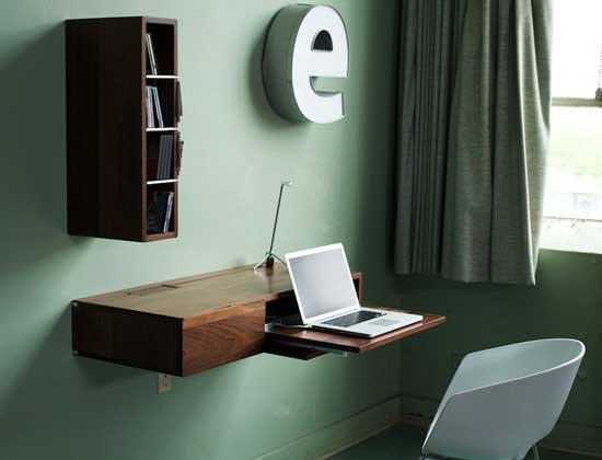Небольшой стол для ноутбука, крепится как полка на стену