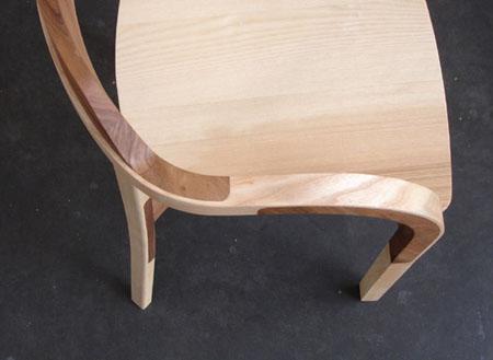 Обееденный стул с низкой спинкой светлых оттенков