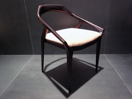 Кухонный стул с низкой спинкой (вровень с кухонным столом).