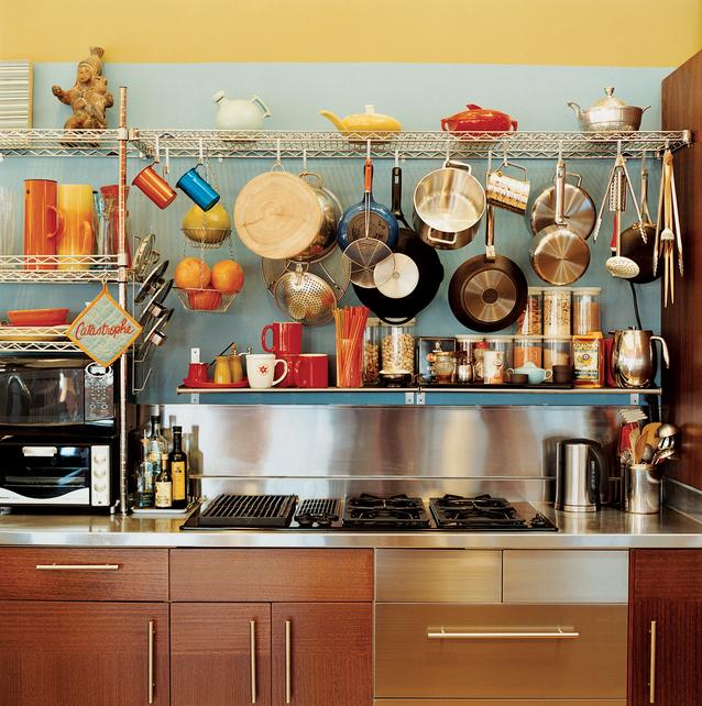 Оригинальный дизайн кухни. Посуда не прячется в шкафчики, а наоборот, выстаывляется напоказ и становится украшением кухни.