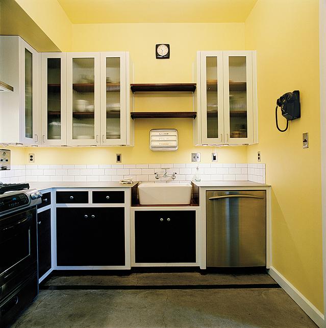 Дизайн кухни в желтых тонах с полупрозрачными рифлеными стенками шкафов.