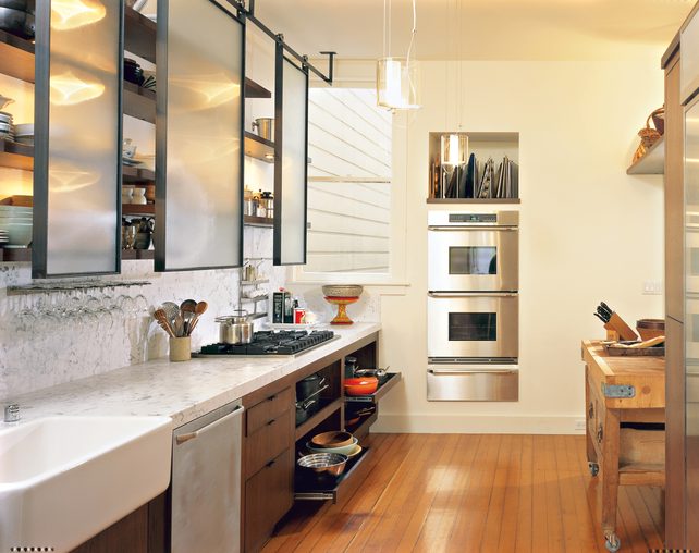 Дизайн кухни без шкафчиков. Полупрозрачные панели сдвижные.