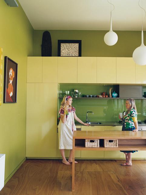 Дизайн кухни в зеленоватой гамме. Шкафы в тон стенам.
