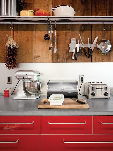 Оригинальный ретро дизайн кухни. Ярко красные панели и никелированная кухонная техника.