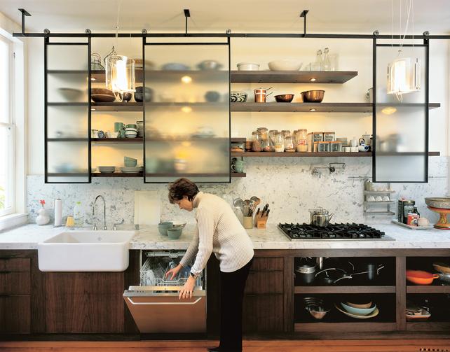 Оригинальный дизайн кухни и кухонная мебель. Передвижные матовые панели вместо шкафов.