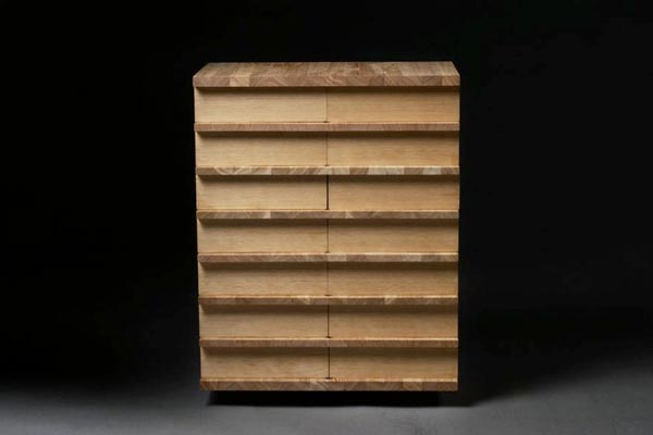 Высокий комод с узкими ящиками от датского дизайнера мебели.