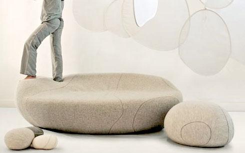 Набор мягких подушек для детской комнаты подростка.