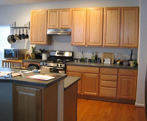 Кухня до переделки своими руками. Одинаковые, скушные деревянные ящики, отсутствие цветовых акцентов.