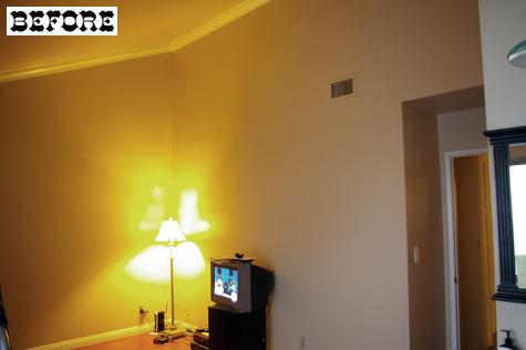 Спальня до переделки своими руками. Светлые стены, всё очень заурядно.