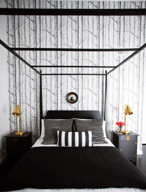 Черно-белые  фотообои во всю стену задают общее восприятие интерьера и остальные решения