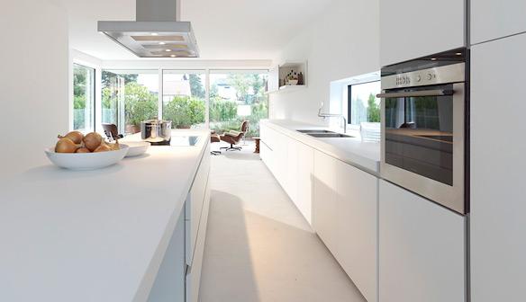 Вытянутая белая кухня. Минимализм и чистота линий.