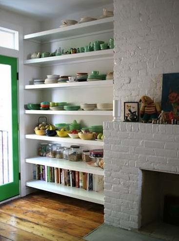 Пример дизайна кухни с использованием открытых полок.