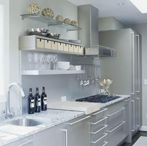 Сочетание открытых полок и металлической мебели в дизайне кухни.