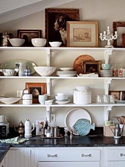 Открытые белые полки. Дизайн кухни.