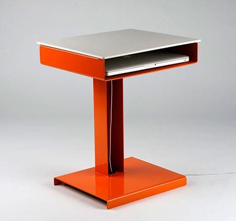 Стол для ноутбука. Оранжевые и бежевые тона. Мини компьютерный стол.