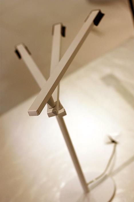 Настольная лампа позволяет точно регулировать освещенность каждого участка поверхности