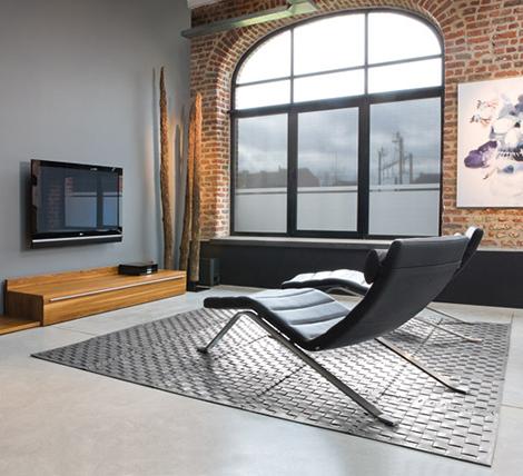 Современное авторское кресло из кожи на металлической основе