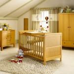Детская комната в светлых тонах с деревянной мебелью