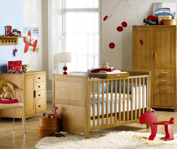 Детская комната с мебелью натуральных тонов и яркими красными элементами